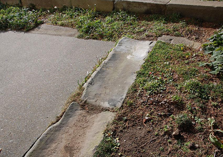 銚子石を浅くU字形に削った側溝