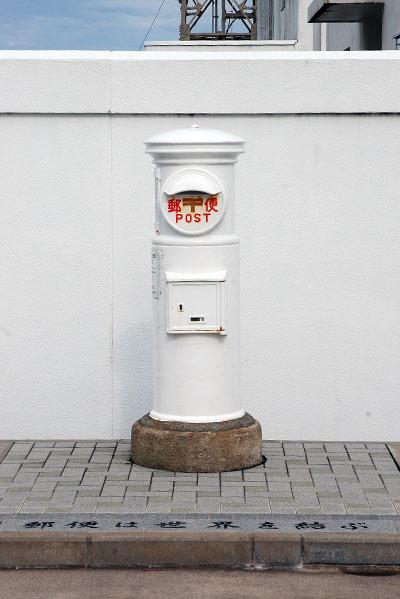 白い郵便ポスト