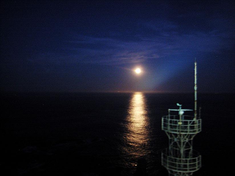 """""""月の階段""""を昇り、海から灯台の光を見てみたい!"""